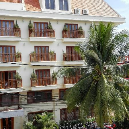 Cheathata Angkor Hotel: View from annex building.