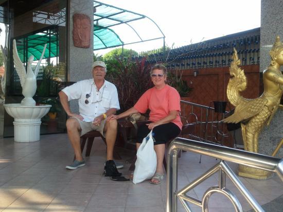 Huahin Loft Hotel: Op de strap voor het hotel.