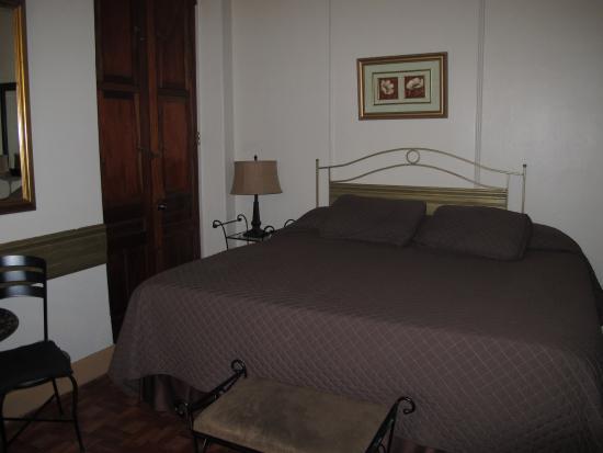 Hotel Belgica: Large, comfy king bed.
