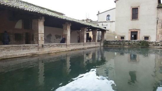 Vasca naturale foto di terme bagno vignoni san quirico - Terme di bagno vignoni ...