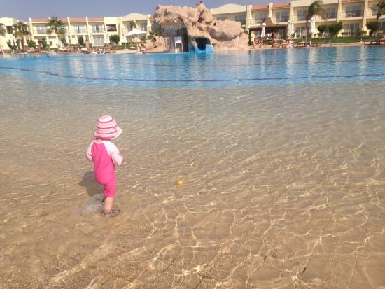 Lola, ideal swimming pool, very shallow - Picture of Hilton