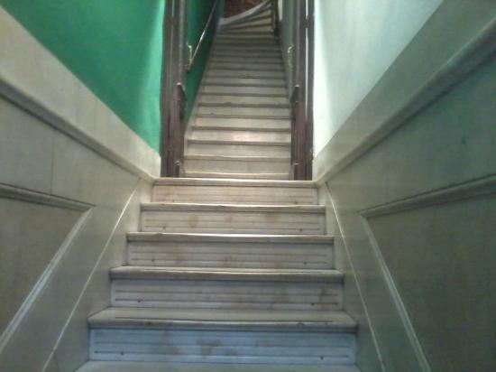 Lugar Gay : Escadaria do albergue.