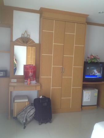 Sunshine Patong Resort: большой шкаф, помимо много других ящиков
