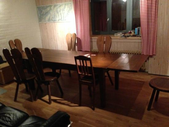 Lodge and Hostel Basecamp Andermatt: Speisesaal mit Musikanlage
