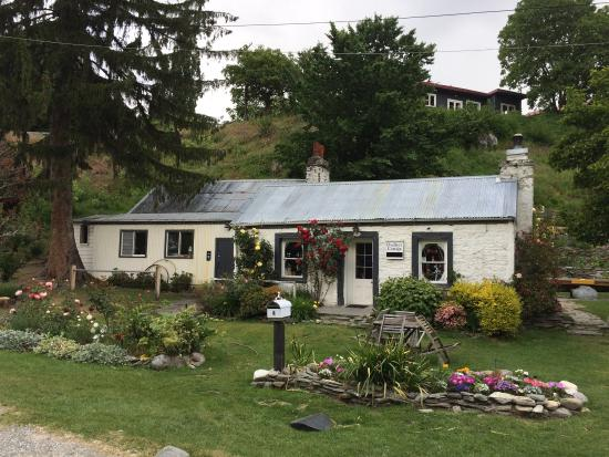 Dudley's Cottage Arrowtown: Front view. Very well maintained.