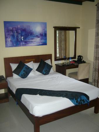 Seven Eleven Hotel & Residence : Sengen med skrivebord ved siden af