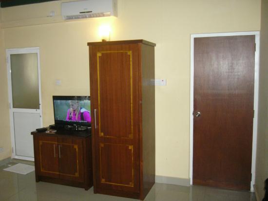 Seven Eleven Hotel & Residence : Fjernsyn oven på skab med køleskab indbygget og skab til tøj