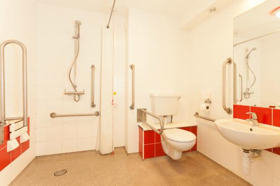 Travelodge London Central Euston : Accessible bathroom