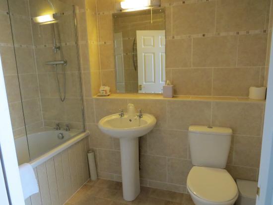 Glenesk Hotel: Refurbished bathroom!