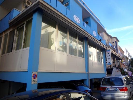 Hotel Adria Mare: Фасад со стороны моря