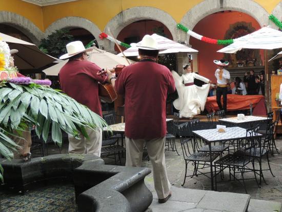 San Jacinto Plaza : Típico espectáculo en restaurant de plaza San Jacinto