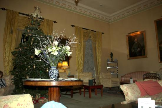 Middlethorpe Hall & Spa: Christmas tree in the drawing room