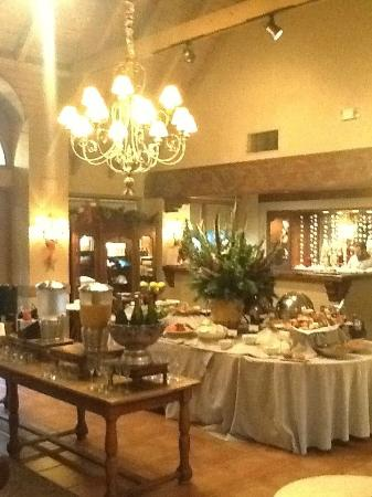 Vintage Inn: Main Lobby set up for breakfast.  What a nice spread!