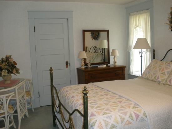 Wayman's Corner Bed and Breakfast: The Upstairs Corner Room