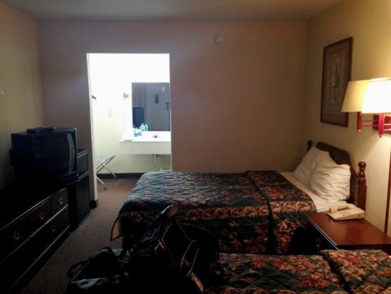 Motel 6 Calhoun: room overview 2