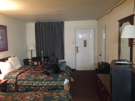 Motel 6 Calhoun: room overview 1
