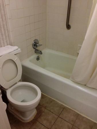 Motel 6 Calhoun: bathroom