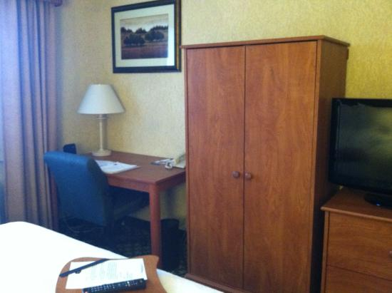 Hampton Inn Portland Clackamas: Wardrobe and Desk