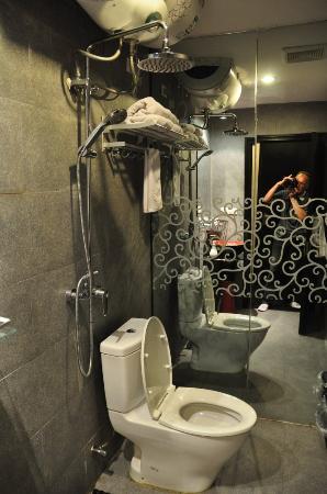 Langyuntai Hotel: La douche au dessus des WC : 2 fonctions en 1