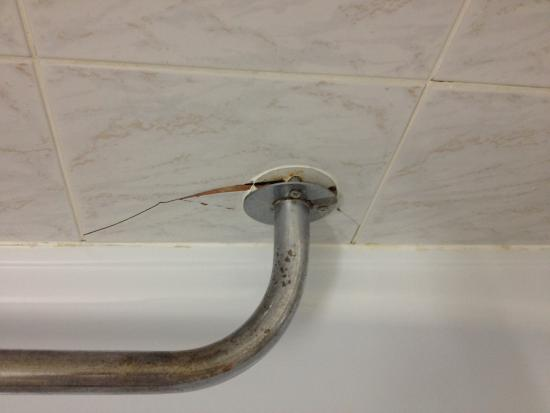 Sorea Maj Hotel: damaged bathroom