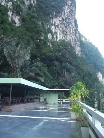 Aonang Mountain View Hotel : зона завтрака с видом на море и на горы