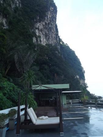 Aonang Mountain View Hotel : зона для завтрака с видом на море и на горы