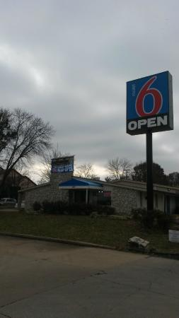 Motel 6 Fenton: Front Entrance