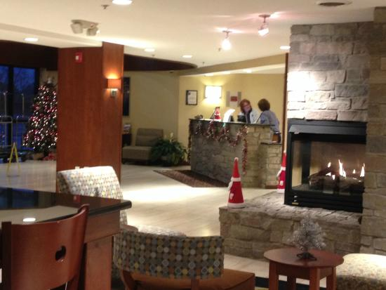 Comfort Inn Plymouth: Front desk decorated for the holidays