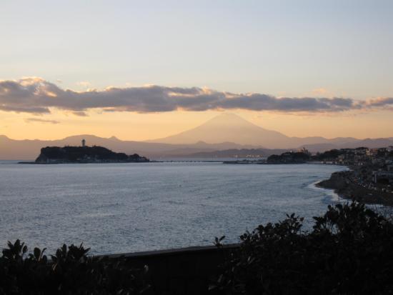 Kamakura Kaihin Koen Inamuragasaki: 夕陽に映える富士山と江の島