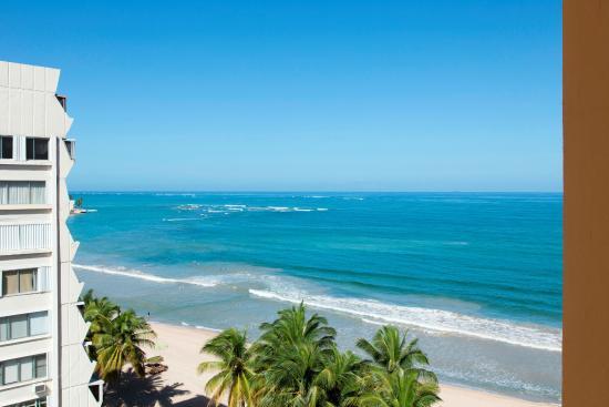 On what beach is the Courtyard Marriott Isla Verde?