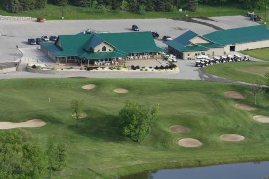 Morden, Kanada: The clubhouse from above