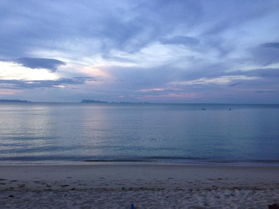 The Lipa Lovely Resort: Nice Beach