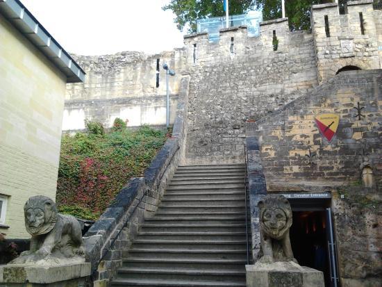 Castle Ruins & Velvet Cave: Entree naar de kastelruïne