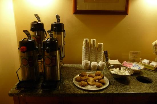 Gorges Grant Hotel: Coffee station in lobby. Lipton type tea. Cookies appeared to be home made.