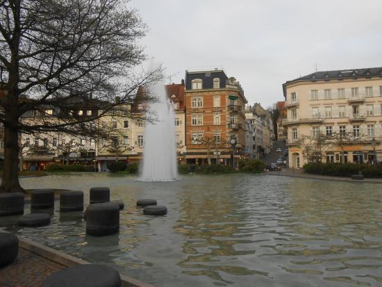 Hotel Deutscher Kaiser im Centrum: Esta fonte linda fica pertinho do hotel.