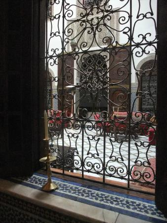 La Maison Bleue : あわてて通してもらった席。でもこの柵越しにみる店内の美しさにうっとり。