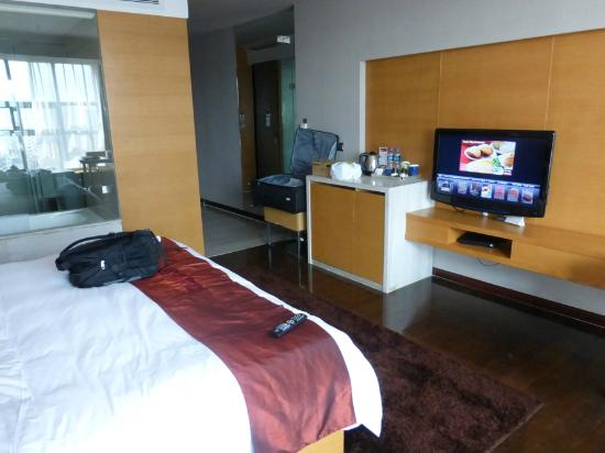 Ramada Plaza Shenzhen North : Room, TV, Coffe Maker, Refrigerator
