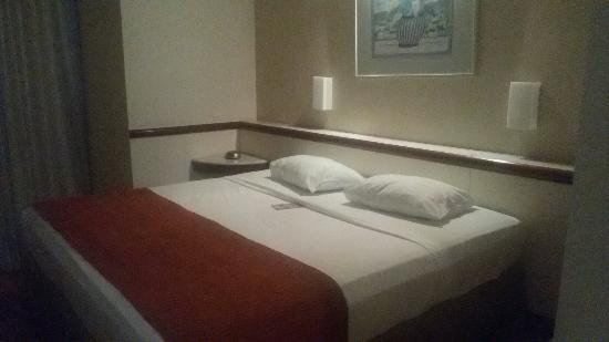 Bristol Merit Hotel: Quarto espaçoso, limpo e bem decorado