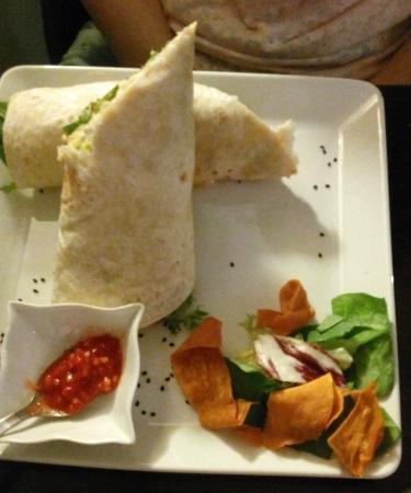 Café Infinito: Wrap con humus y salsa picante
