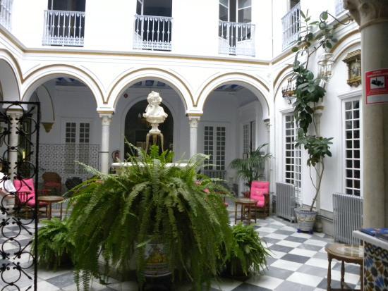 Simon Hotel: the courtyard