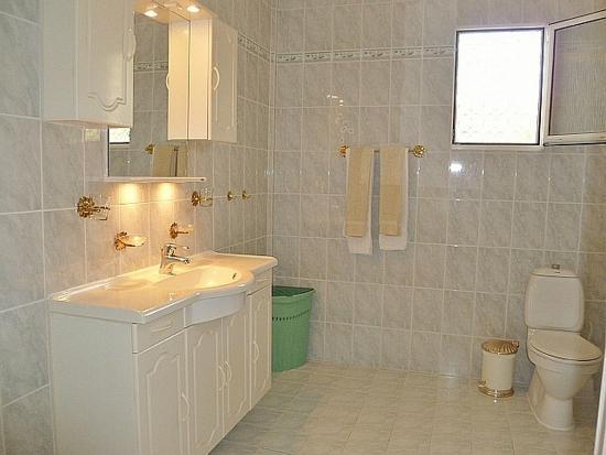 Caribbean Sea View Holiday Apartments: Sea Breeze Bathroom
