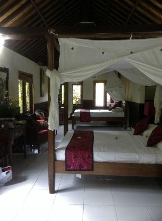 Sama's Cottages and Villas: Large bedroom - plenty of room for three if needed