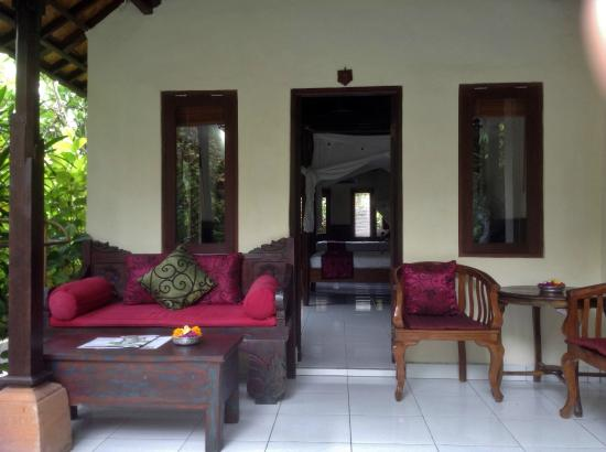 Sama's Cottages and Villas: Front porch/verandah for breakfast and relaxation