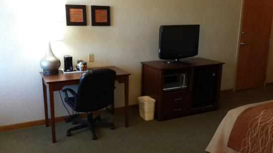 Comfort Inn : Desk microwave and refrigerator