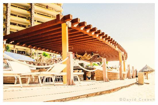 Sonoran Sky Resort: Poolside bar and ramada near the beach