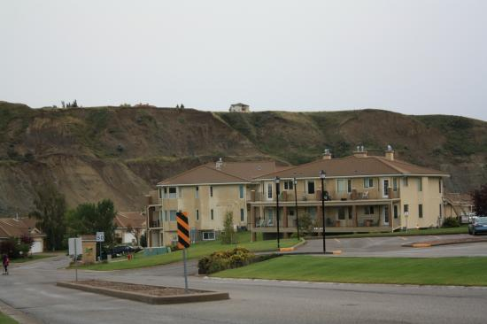 Paradise Canyon Golf Resort : Condos with coulees in background