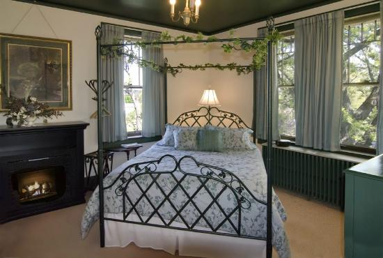 Deutsche Strasse Bed & Breakfast: Ivy Room - Watch the sun rise over the Minnesota River Valley.