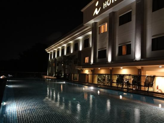 Grand I Hotel: Kolam Renang & Gym di malam hari