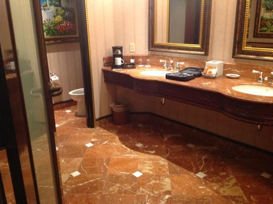 Cuarto de baño. Ducha. Jacuzzi. TV - Picture of Peppermill Resort ...