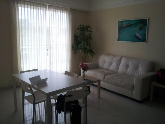 Hotel Shakey: Living Room